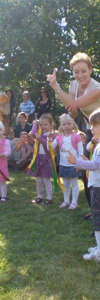 Maluszki i ich pierwszy taniec przed rodzicami i starszymi kolegami  z przedszkola