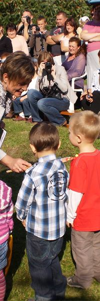 W naszym przedszkolu jest zwyczaj taki, że pani dyrektor dzieci zwołuje i na przedszkolaków pasuje