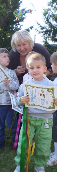 """i już jestem przedszkolakiem"""", Oskar dumnie kroczy z dyplomem do swojej mamy"""
