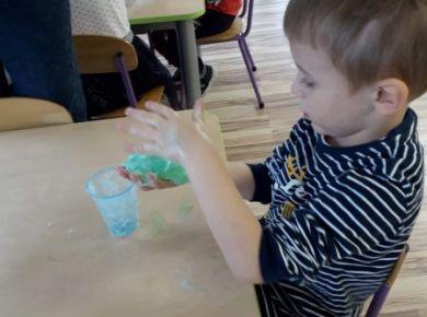 12_18_Innowacja pedagogiczna- Sensopaka dla przedszkolaka. Zabawa sensoryczna- wyrabiamy glutka.
